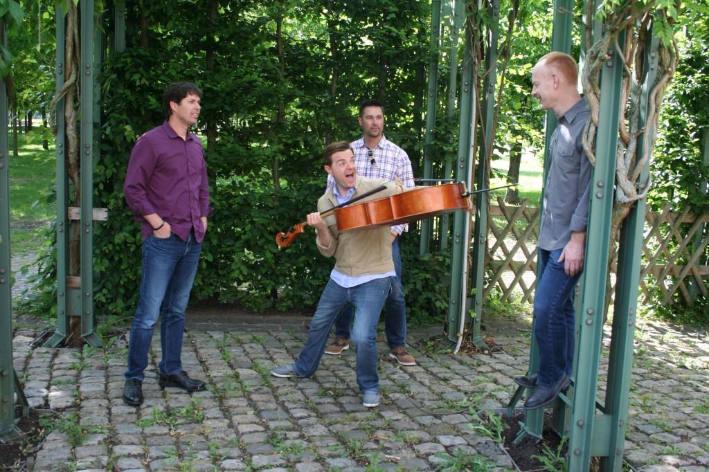 """""""Du musst unter so vielen Tönen auswählen und entscheiden, welcher Ton als nächstes kommt"""" – Wir trafen The Piano Guys und das Cello """"Boris"""" auf ihrer Promotour 2014 in Saarbrücken"""