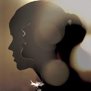 """Tina Dico besinnt sich mit """"Whispers"""" auf ihre Wurzeln und bietet puren, intensiven Songwriter-Folk"""