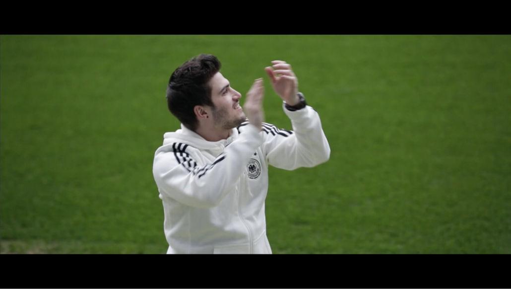 Dominic Sanz (Söhne Mannheims) singt den U19-Euro-Song