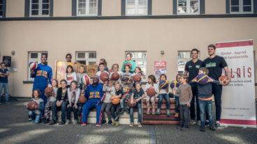 """The Harlem Globetrotters in Trier – Besuch bei """"nestwärme"""" und """"palais"""""""