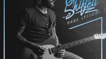 "Chris Shiflett mischt Country, Rock und Americana zu ""Hard Lessons"""