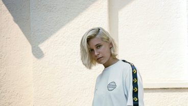 """Emma McGrath: neue EP der queeren Pop-Künstlerin und Video zu """"Paradise"""""""